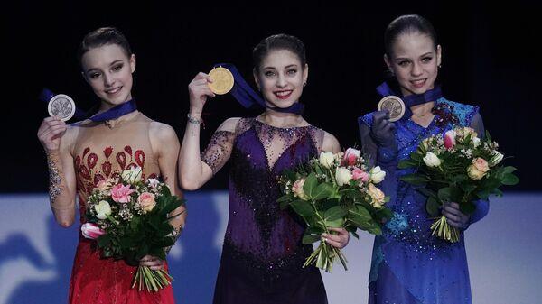 Церемония награждения победительниц соревнований одиночниц на чемпионате Европы по фигурном катанию