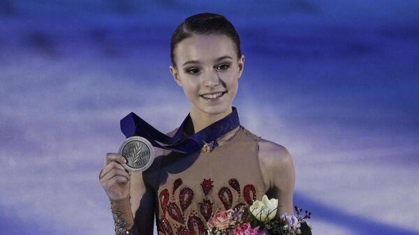 Анна Щербакова (Россия), завоевавшая серебряную медаль в соревнованиях среди женщин на чемпионате Европы по фигурному катанию, на церемонии награждения.