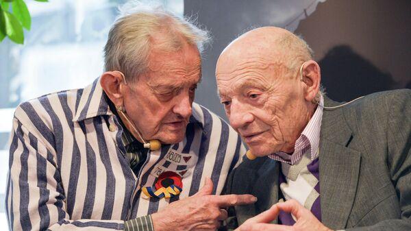 Бывшие узники концентрационного лагеря Освенцим Игорь Малицкий и Дэвид Левин на встрече с журналистами.