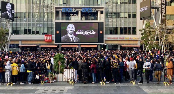 Люди собрались почтить память баскетболиста Коби Брайанта