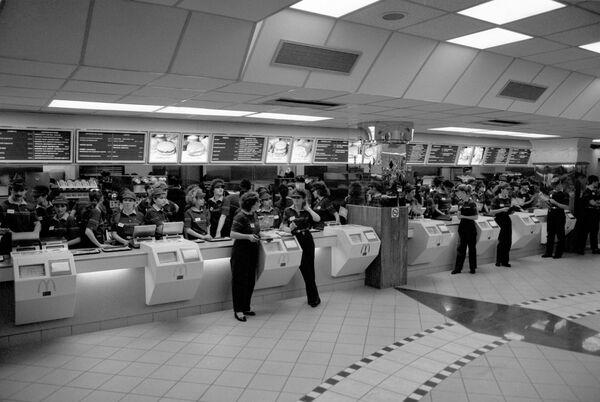 Обслуживающий персонал Макдоналдса в ожидании посетителей в первый день открытия