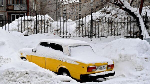 Сугробы в одном из дворов Новосибирска. 27 января 2020