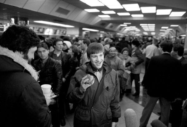 Первые посетители советско-канадского ресторана Макдоналдс в Москве. В руке у посетителя Биг-Мак