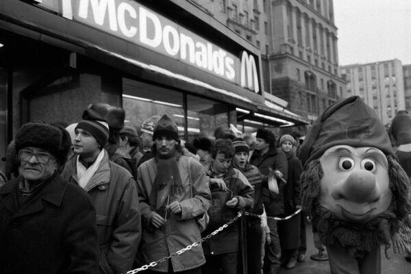 Очередь у входа в ресторан Макдоналдс на Пушкинской площади в день открытия