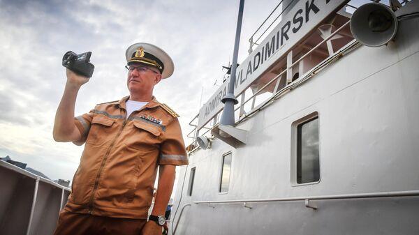 Капитан первого ранга Олег Осипов на борту судна Адмирал Владимирский