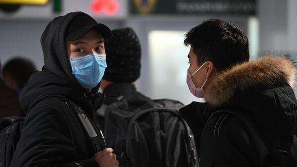 Пассажиры рейса авиакомпании S7, прибывшего из Пекина, в аэропорту Толмачево
