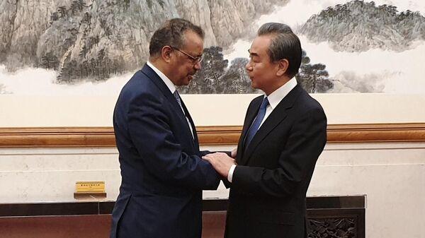 Министр иностранных дел КНР Ван И и генеральный директор Всемирной организации здравоохранения Тедрос Адан Гебрейесус во время встречи в Пекине