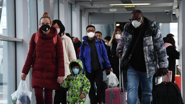Пассажиры рейса авиакомпании S7 прибывшего из Пекина в аэропорту Толмачево