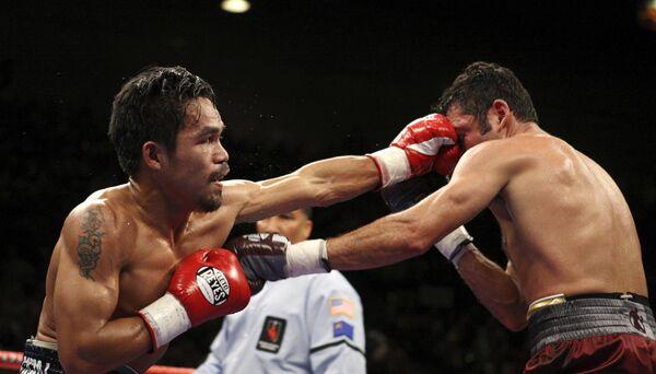 Бой между Мэнни Пакьяо (слева) и Оскаром Де Ла Хойей