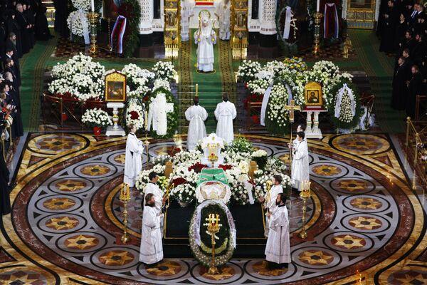 Заупокойная Божественная литургия в храме Христа Спасителя у гроба патриарха Алексия II
