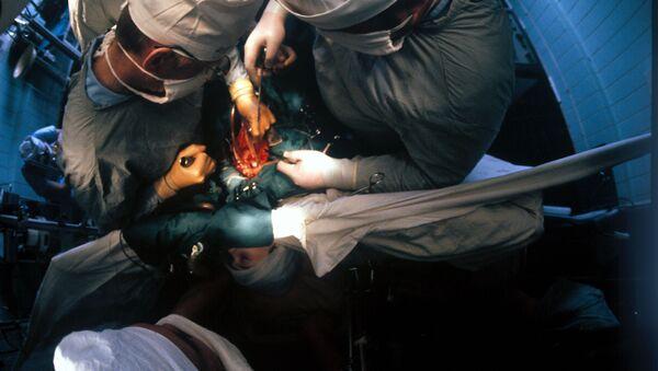 Операция в НИИ трансплантологии. Архивное фото