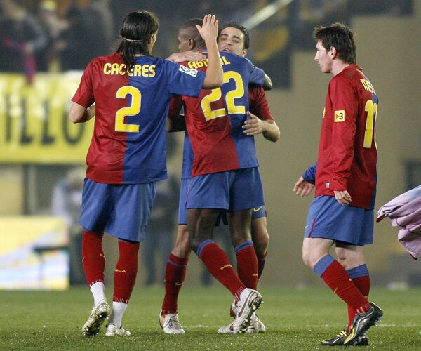 Футболисты Барселоны поздравляют друг друга с победой над Вильярреалом