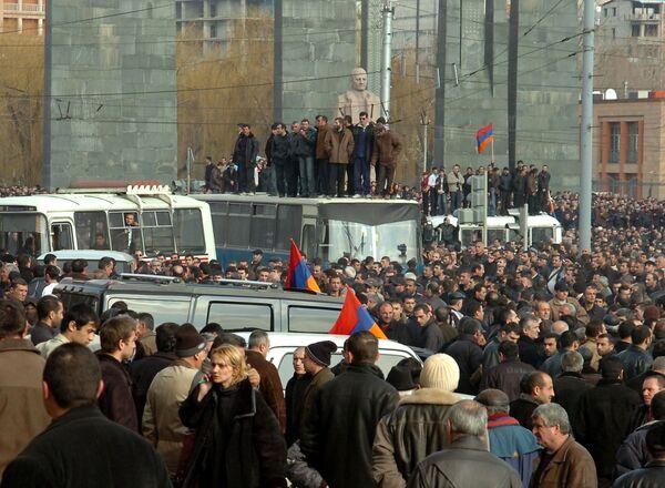 Митинг сторонников   Тер-Петросяна в  Ереване. Архив