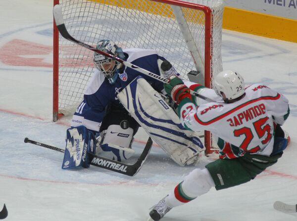 Данис Зарипов (справа) атакует ворота голкипера Динамо Виталия Еремеева