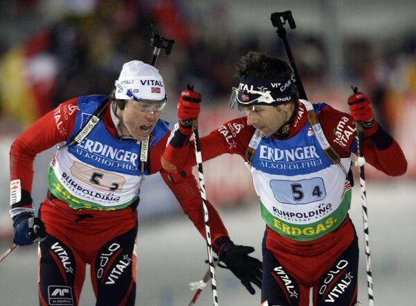 Норвежские биатлонисты Оле-Эйнар Бьорндален (справа) и Халвард Ханевольд