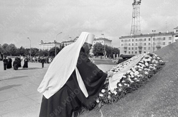 Митрополит Филарет возлагает венок к памятнику Победы