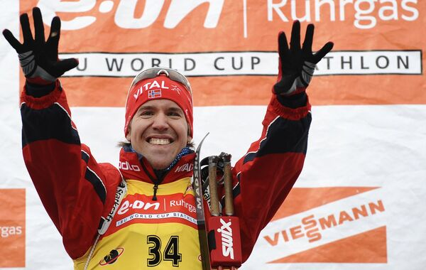 Эмил Хегле Свендсен после победы в спринте на шестом этапе Кубка мира по биатлону