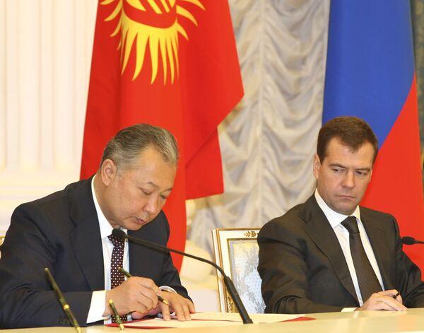 Президент Киргизии Курманбек Бакиев объявил об этом решении во вторник на совместной пресс-конференции с президентом России Дмитрием Медведевым