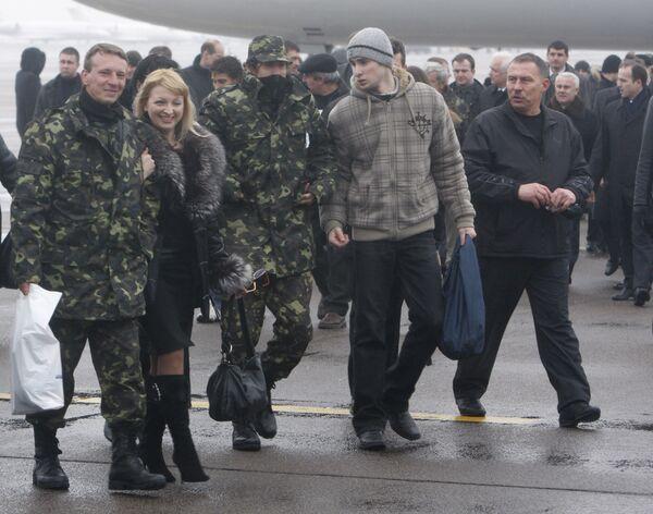 Россияне с Фаины вылетели в Петербург - посольство на Украине