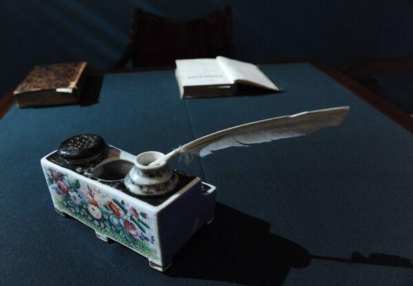 Чернильный прибор Н.В.Гоголя - один из экспонатов мемориального центра Дом Гоголя
