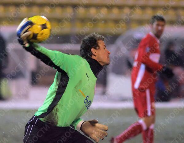 Страж ворот Штутгарта Йенс Леманн вводит мяч в игру.