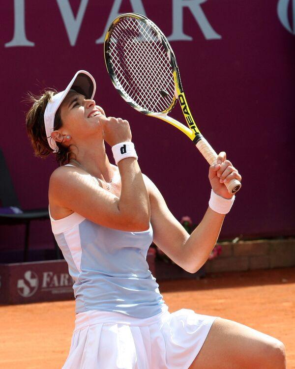 Мария-Хосе Мартинес-Санчес празднует победу над Хиселой Дулько в финале турнира в Боготе