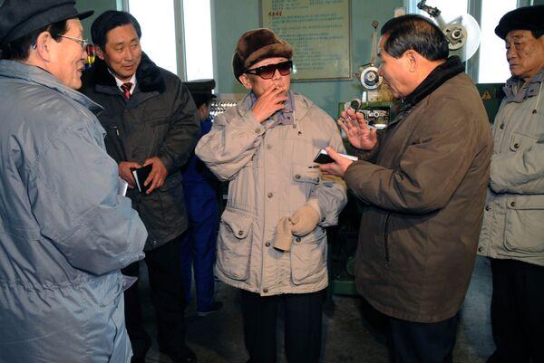 Лидер КНДР Ким Чен Ир во времия посещения табачной фабрики в уезде Хверён