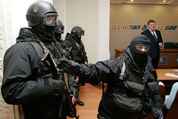 Вооруженные люди стоят в штаб-квартире украинской государственной энергетической компании Нафтогаз в Киеве