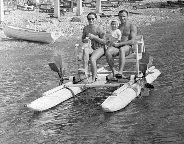 Гагарин с дочкой и с женой Валентиной катается на морском велосипеде