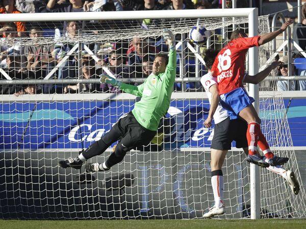 Момент матча Нумансия - Валенсия. Вратарь Валенсии Сесар спасает ворота
