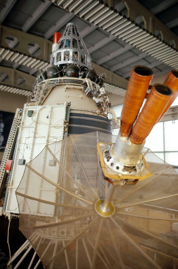 Спутник Молния-1 в сборочном цехе