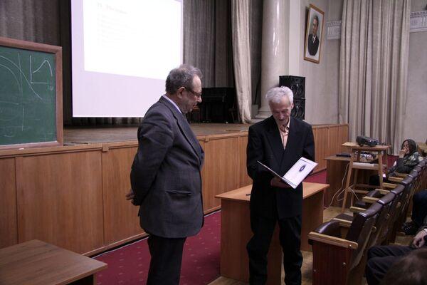 Диплом премии Ad Astra вручает Липатову председатель попечительского совета академик Александр Гуревич