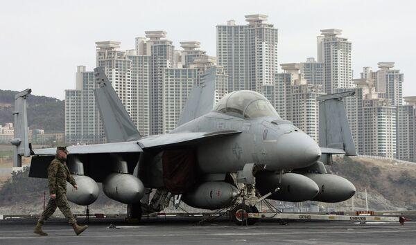 Американский палубный истребитель-бомбардировщик F/A-18E Super Hornet на южнокорейской военной базе Бусан