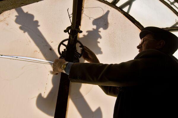 Подготовка к переводу часов в башне Киевского вокзала