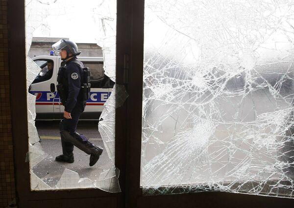 Полиция применяет слезоточивый газ и пытается удержать ситуацию под контролем