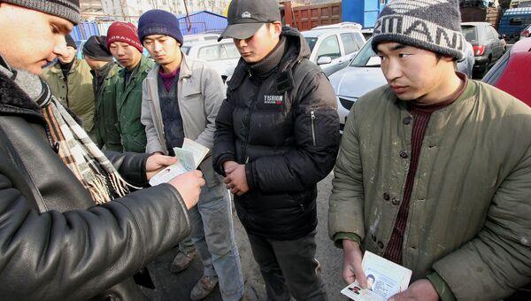 Инспекторы отдела иммиграционного контроля УФМС проводят рейд по выявлению незаконных мигрантов. Архив