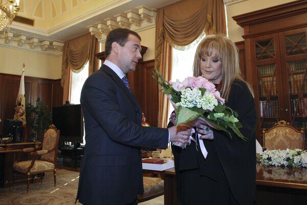 Президент РФ Дмитрий Медведев поздравил певицу Аллу Пугачеву с днем рождения