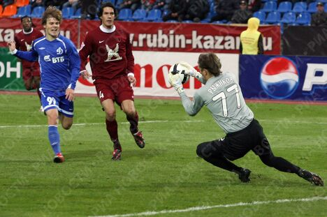 Вратарь Рубина Сергей Рыжиков, Александр Кокорин (Динамо, слева) и Сесар Навас (Рубин, справа)