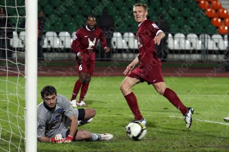 Вратарь Динамо Владимир Габулов и Александр Бухаров (Рубин, справа)