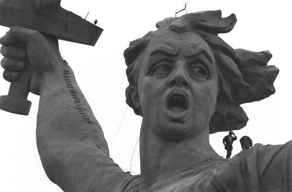 Cкульптура памятника-ансамбля Героям Сталинградской битвы на Мамаевом кургане в Волгограде - Родина-мать зовёт!. Архив