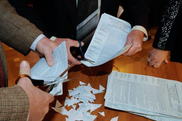 Гашение бюллетеней после подсчета голосов на одном из избирательных участков
