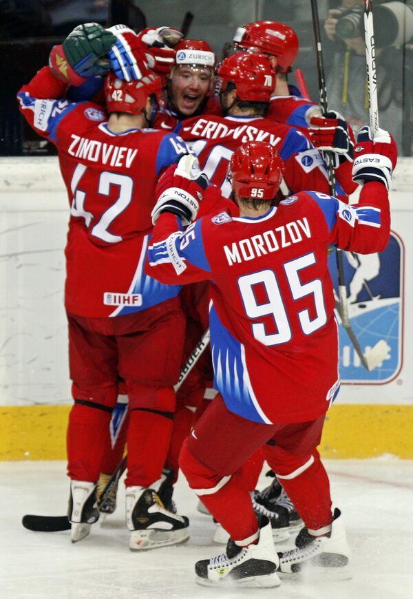 Российские хоккеисты поздравляют Илью Ковальчука с голом