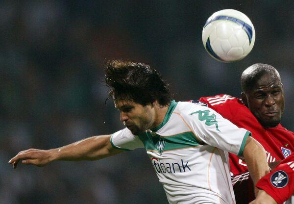 Полузащитник Вердера Диего  (слева) против защитника Гамбурга Ги Демеля в полуфинальном матче Кубка УЕФА