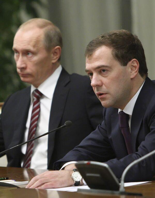 Путин называет критику правительства Медведевым нормальным явлением