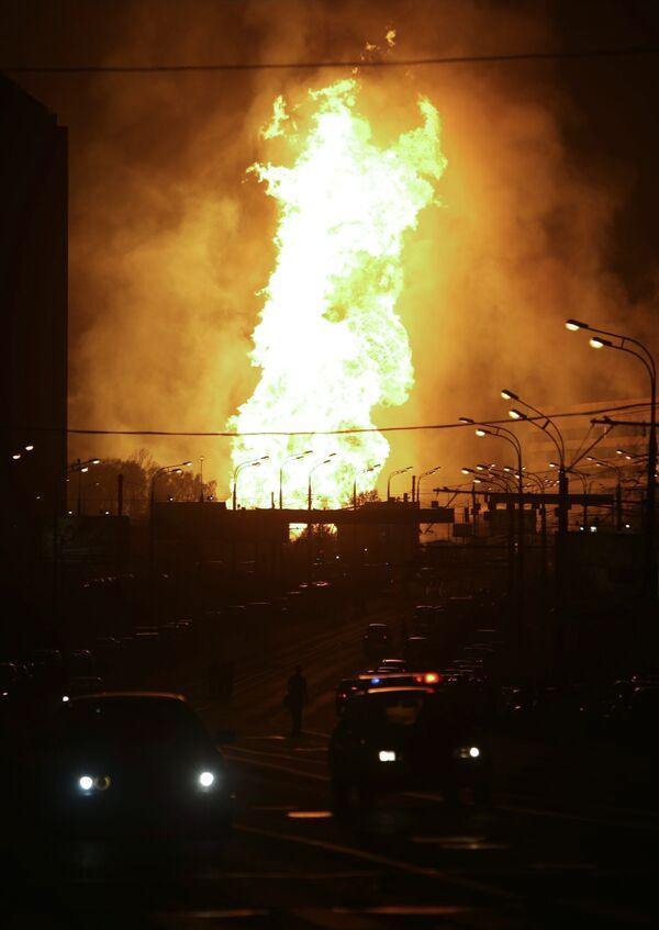 Взрыв и сильный пожар на газопроводе на западе Москвы