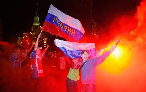 Российские болельщики в центре Москвы празднуют победу сборной России по хоккею