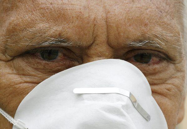 Мужчина в защитной маске в Сан-Хосе, Коста-Рика