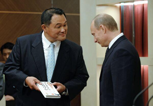 Премьер-министр РФ В.Путин представил в Токио свою книгу о дзюдо на японском языке