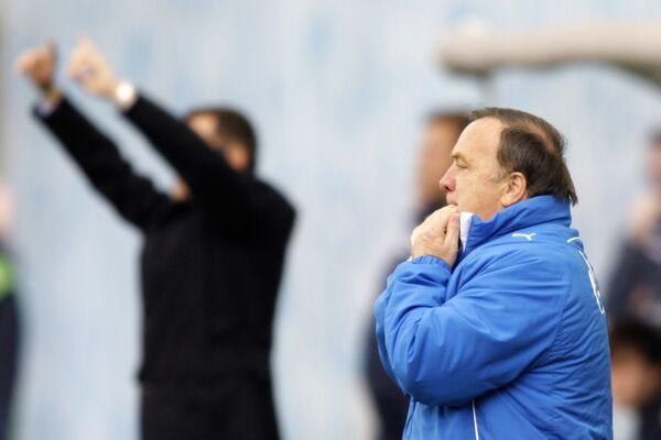 Главный тренер Зенита Дик Адвокат (на первом плане).