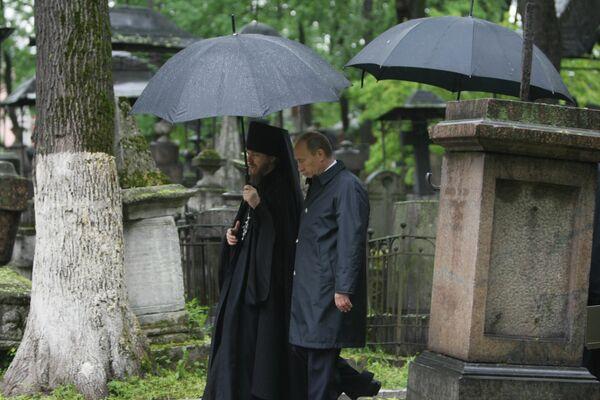 Премьер-министр РФ Владимир Путин посетил кладбище Донского монастыря